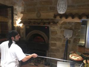 Renzo Mazzola, pizzaiolo, all'opera